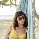 Modelo posando con bikini color amarillo de la colección 'Swildens x Etam' para el verano 2017