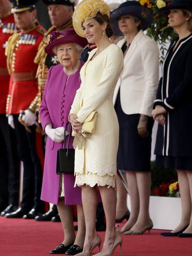 La Reina Letizia con un total look amarillo