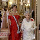 La Reina Letizia con vestido de tul y seda rojo
