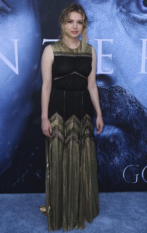 Hannah Murray con vestido largo en negro y dorado