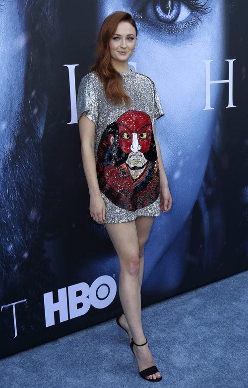 Sophie Turner con un vestido glitter con estampado