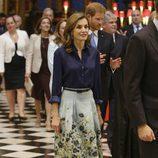 La Reina Letizia con camisa azul y falda estampada