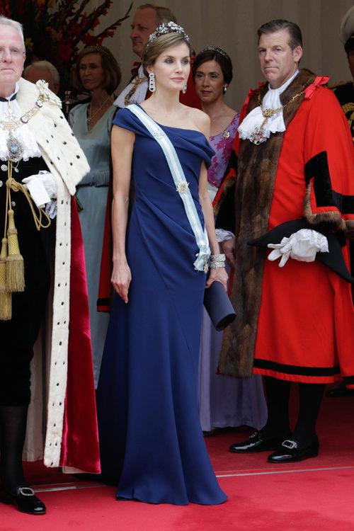 La Reina Letizia con un vestido largo azul marino