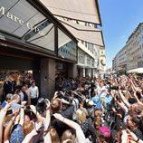 Numerosos fans en la presentación de la colección de Robbie Williams