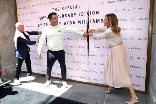 Robbie Williams abriendo el panel de su colección con MARCO'O POLO