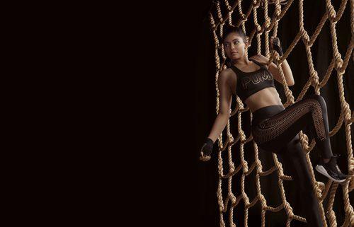 Kylie Jenner con top y leggins estampados de la 'Velvet Rope Collection' de Puma