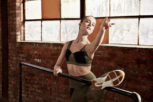 Bailarina del NYC Ballet con top y leggins de la 'Velvet Rope Collection' de Puma