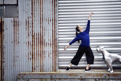 Bailarina del NYC Ballet con sudadera y pantalones de la 'Velvet Rope Collection' de Puma