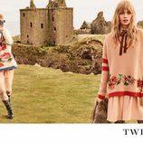 Stella Maxwell y Stella Lucia con prendas en rosa empolvado de la campaña 'On the road' de Twinset
