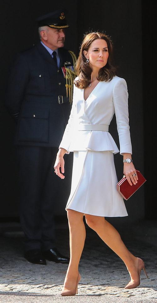 Kate Middleton con top y falda de Alexander McQueen