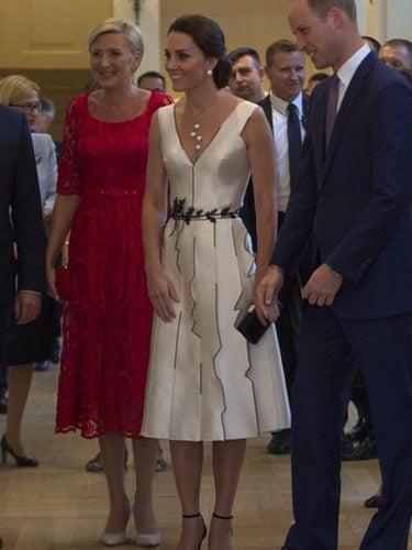 Kate Middleton con vestido blanco y negro