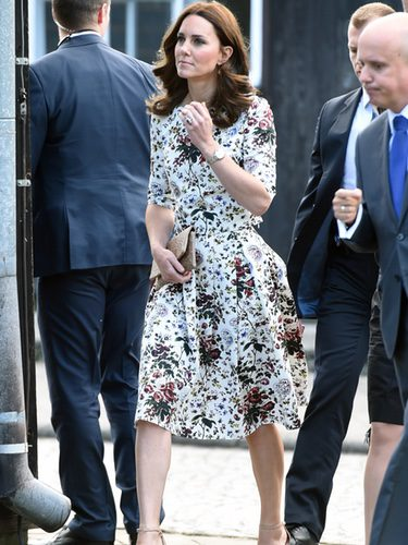 Kate Middleton con top y falda estampados de Erdem