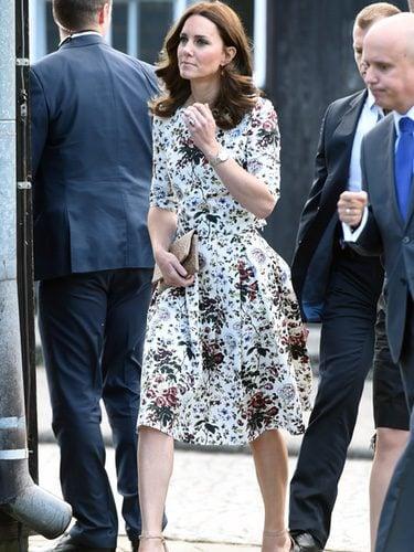 Kate Middleton con top y falda estampados de Erdem
