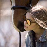 Gigi Hadid con gafas de espejo amarillas para su colección 'Gigi Hadid for Vogue Eyewear'