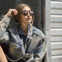 Gigi Hadid con gafas de espejo marrones para su colección 'Gigi Hadid for Vogue Eyewear'