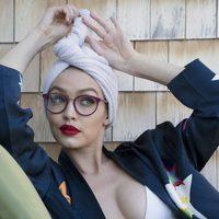 Gigi Hadid con gafas de visión con montura granate para su colección 'Gigi Hadid for Vogue Eyewear'