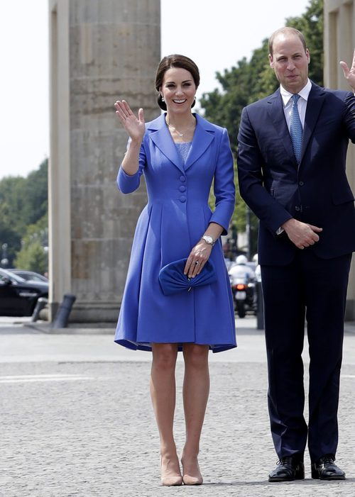 Kate Middleton con un abrigo midi en azul klein
