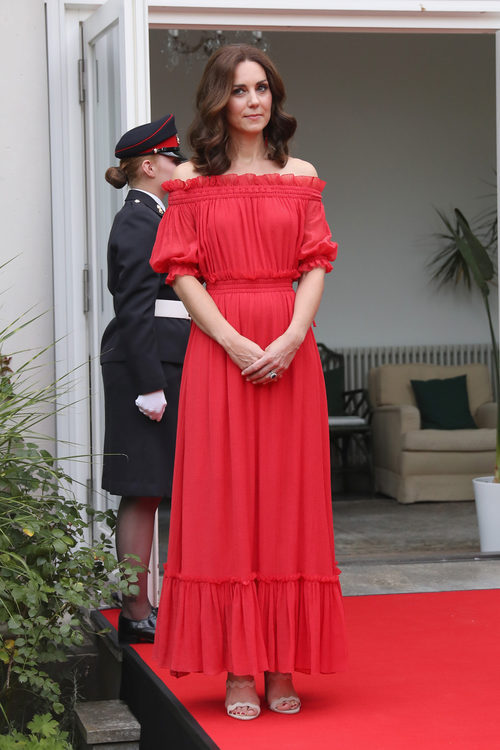 Kate Middleton con un vestido largo rojo  de Alexander McQueen