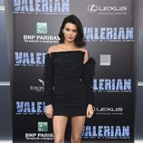 Kendall Jenner con un vestido off-the-shoulders