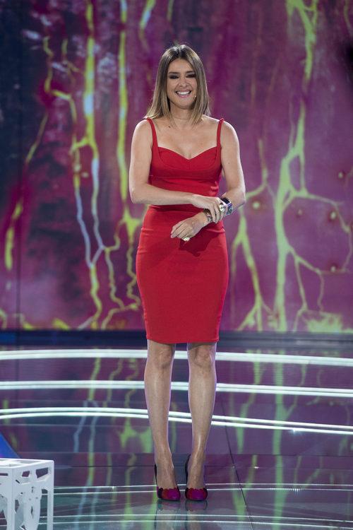 Sandra Barneda con un vestido rojo ajustado