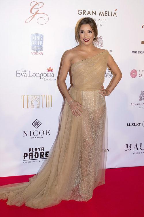 Eva Longoria con un vestido dorado con transparencias