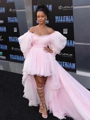 Rihanna con un vestido rosa vaporoso