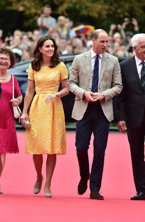 Kate Middleton con un vestido midi amarillo y blanco