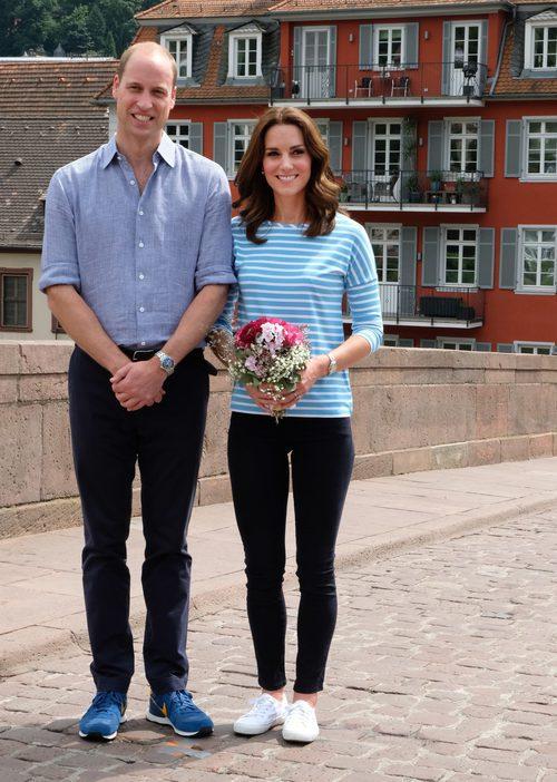 Kate Middleton con camiseta a rayas y jeans negros