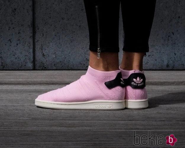 Modelo en rosa claro de las nuevas Adidas Stan Smith