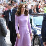 Kate Middleton con un vestido midi color lavanda