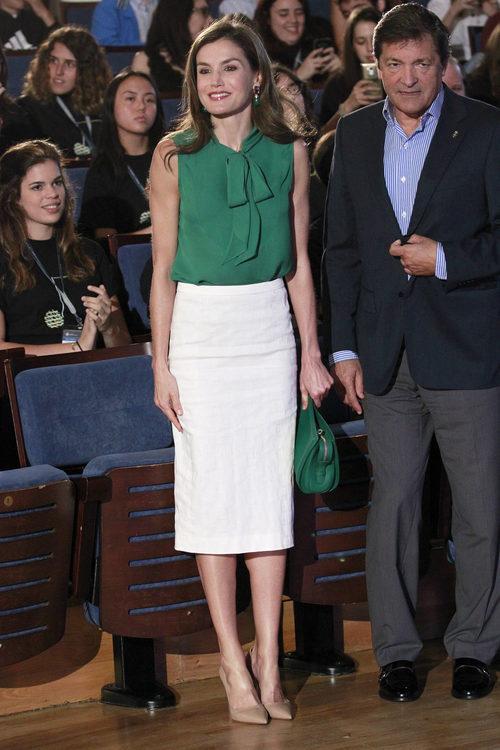 La Reina Letizia con blusa verde y falda de tubo blanca