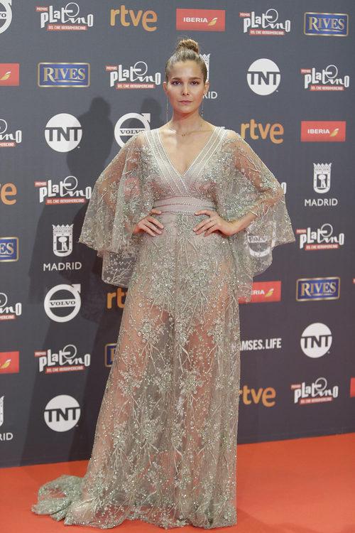 Natalia Sánchez con vestido largo de encaje