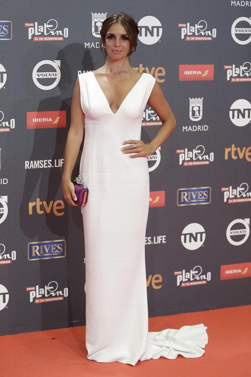 Elena Furiase con vestido blanco largo con cola