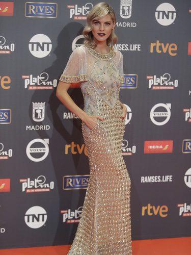 Amaia Salamanca con vestido dorado con transparencias