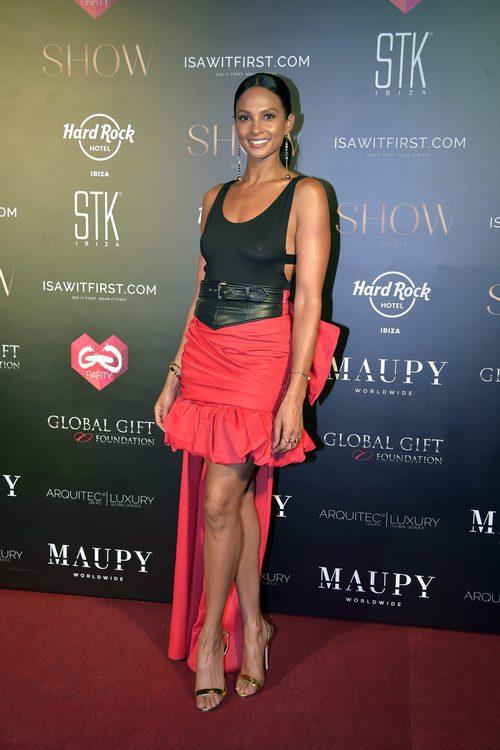 Alesha Dixon con body negro y falda roja asimétrica