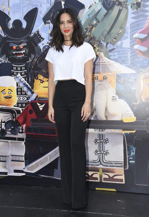 Olivia Munn con top blanco y pantalones palazzo negros