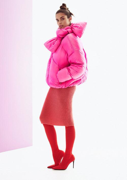Sara Sampaio con plumífero rosa y falda roja para la colección otoño/invierno 2017/2018 de Pinko