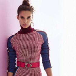 Sara Sampaio con vestido ajustado para la colección otoño/invierno 2017/2018 de Pinko