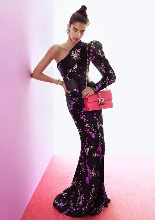 Sara Sampaio con vestido largo estampado para la colección otoño/invierno 2017/2018 de Pinko
