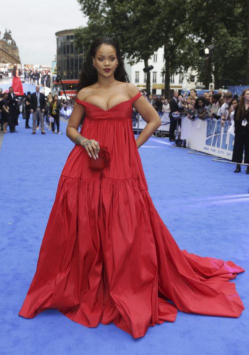 Rihanna con un vestido rojo oversize