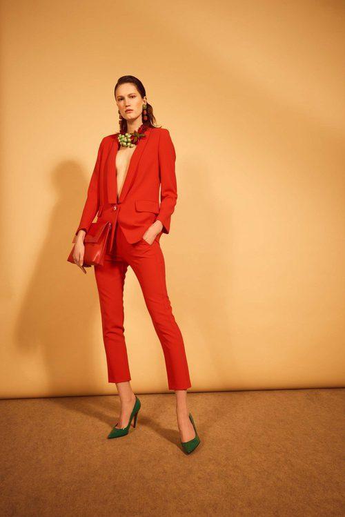 Blazer y pantalón rojos de la colección 'Heaven' de Dolores Promesas