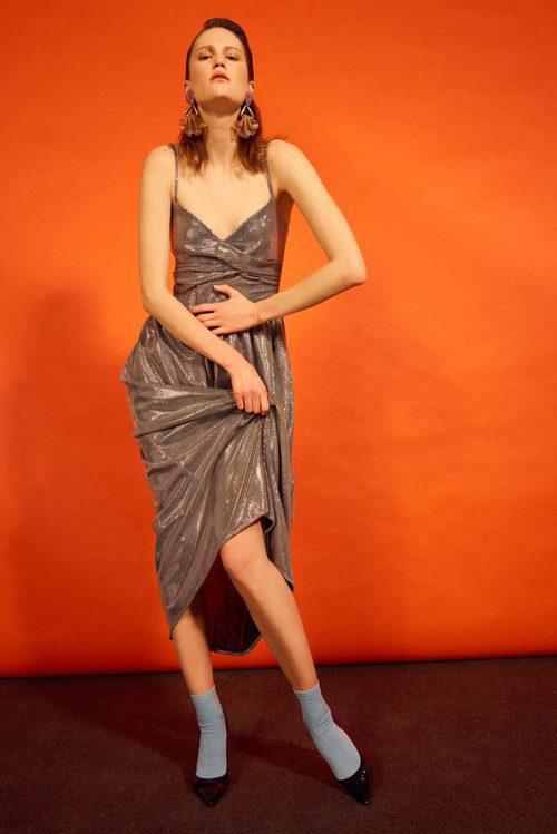 Vestido midi metalizado de la colección 'Heaven' de Dolores Promesas