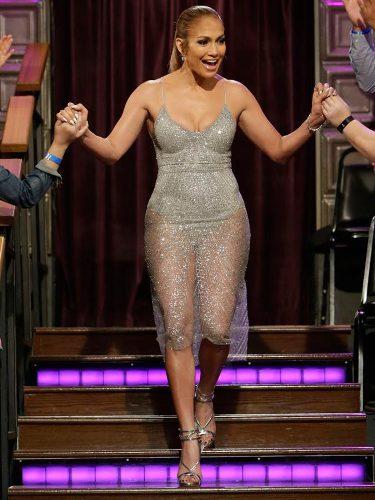 Jennifer Lopez con un vestido plateado en un programa de televisión