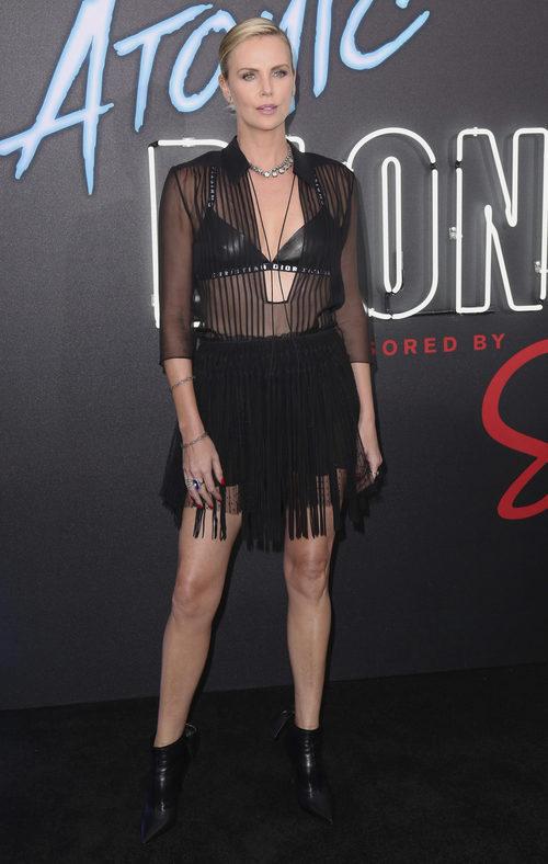 Charlize Theron con top negro y falda con flecos de Dior