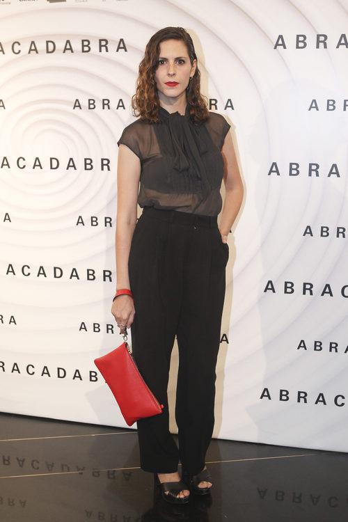 Bárbara Santa-Cruz con blusa con transparencias y pantalón negro