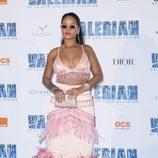 Rihanna con top con flecos y falda con plumas en tonos rosas