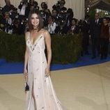 Selena Gomez con un vestido lencero