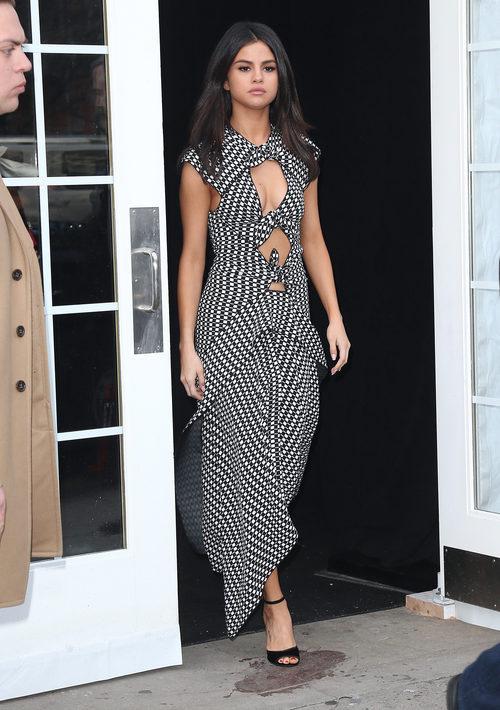 Selena Gomez con un original vestido