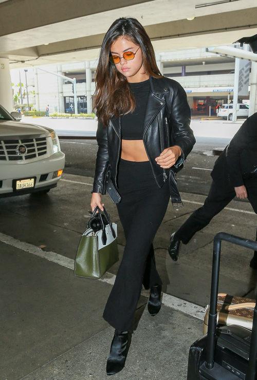 Selena Gomez apuesta por un perfecto total black
