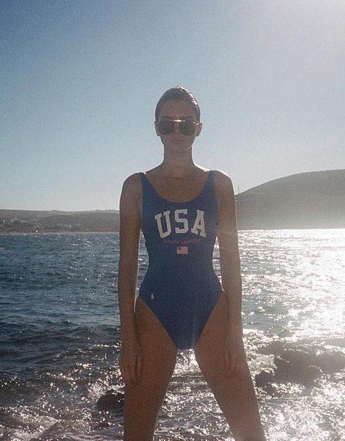 Kendall Jenner con bañador azul de USA